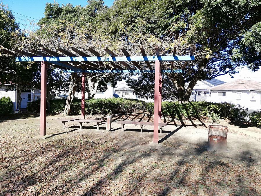 若宮台公園の棚のあるベンチ