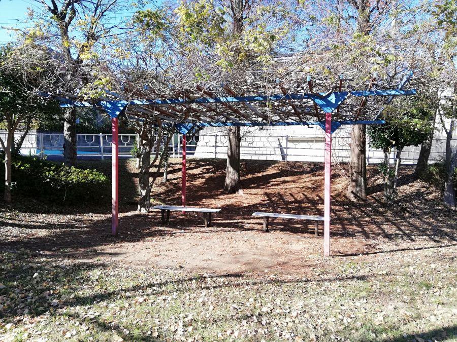 新堀公園の棚のあるベンチ