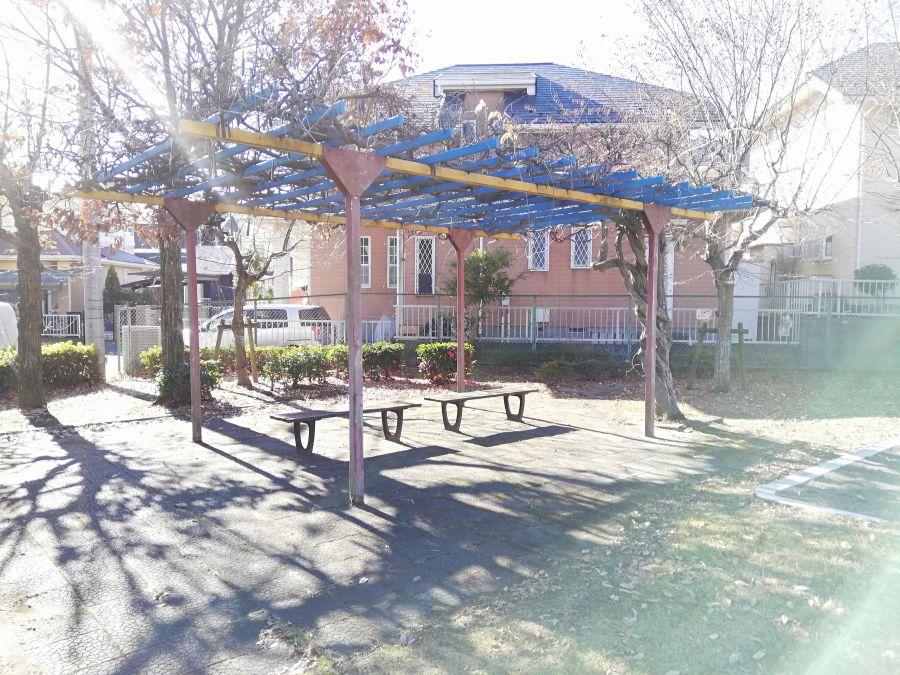向原公園の棚のあるベンチ