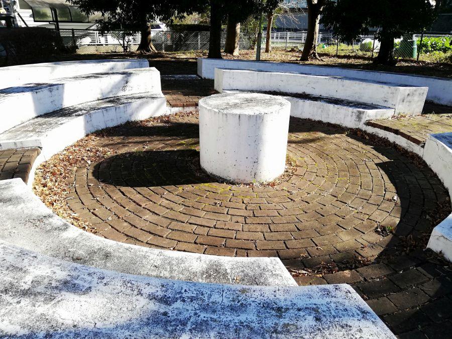 井戸作南公園の白いオブジェベンチ