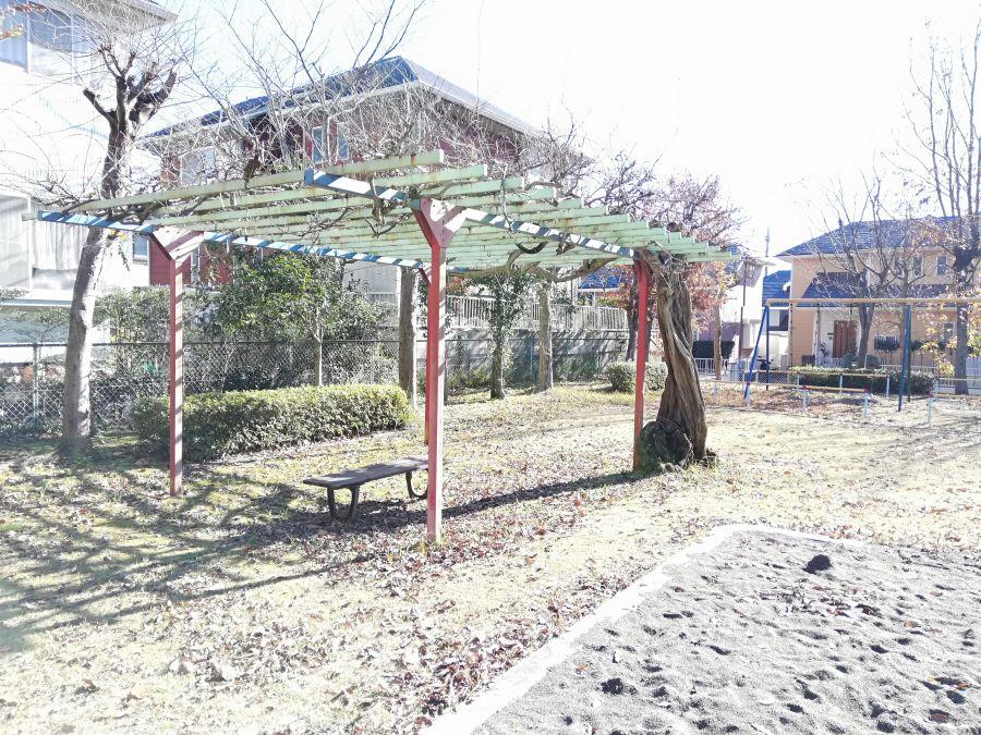 上新堀公園の棚のあるベンチ