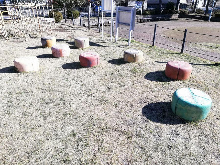 井戸作東公園のチーズみたいなイス