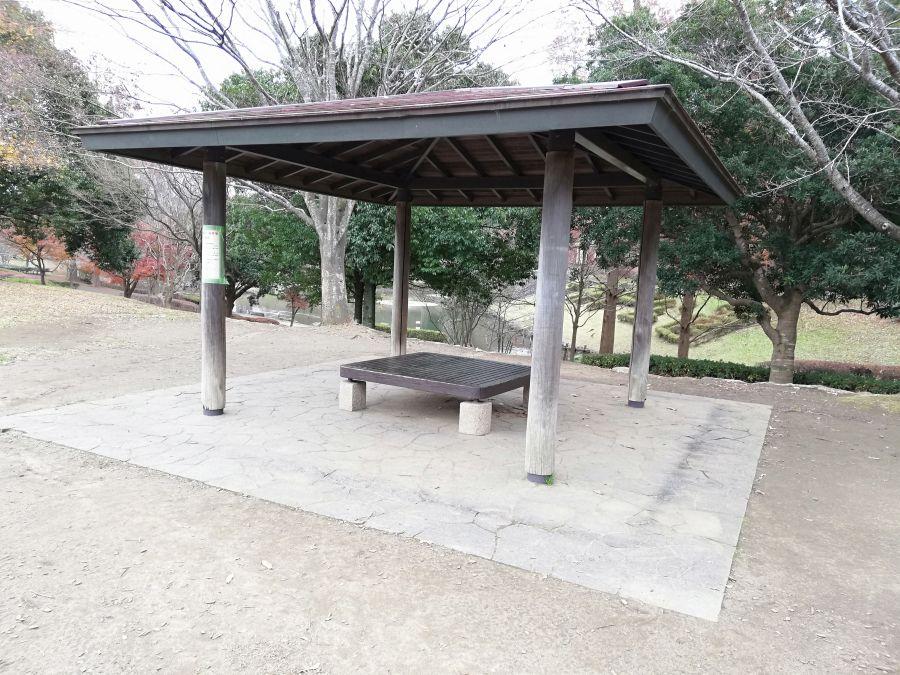 七井戸公園の屋根のあるベンチ