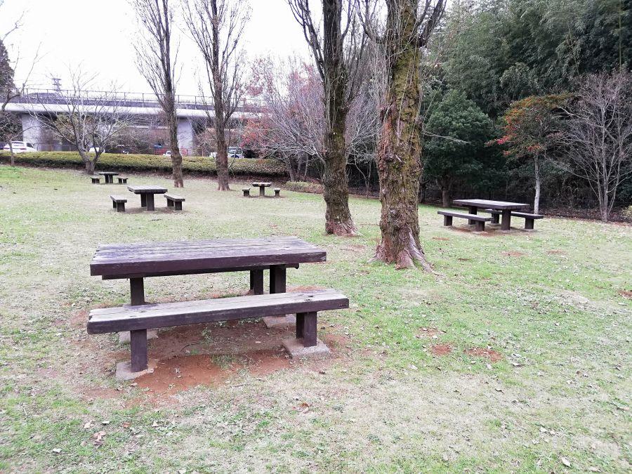七井戸公園のテーブルのあるベンチ