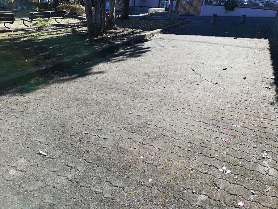 藤治台西公園の横は石畳の通路