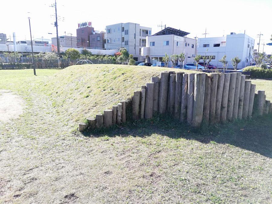 佐倉市 町田南公園の丸太の壁の丘
