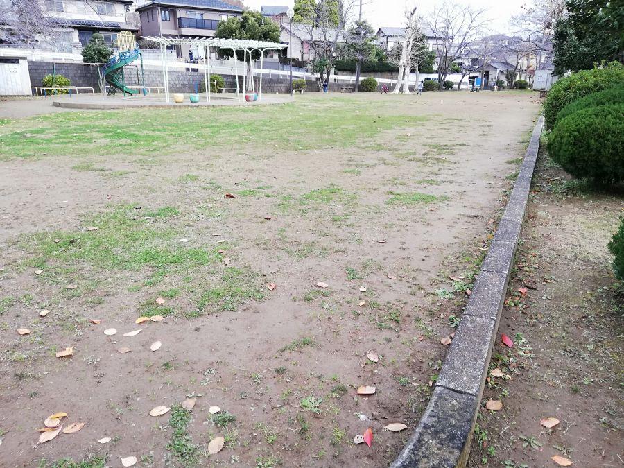 長谷津児童公園の芝生の一部は砂