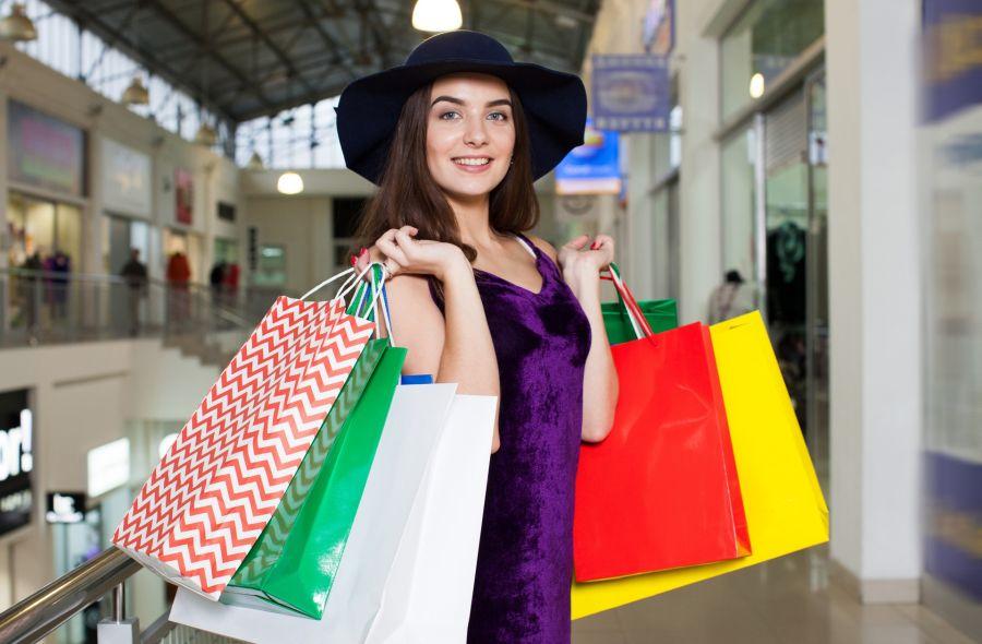 酒々井プレミアムアウトレット 半期に一度のバーゲン開催 紙袋をたくさん持った女性